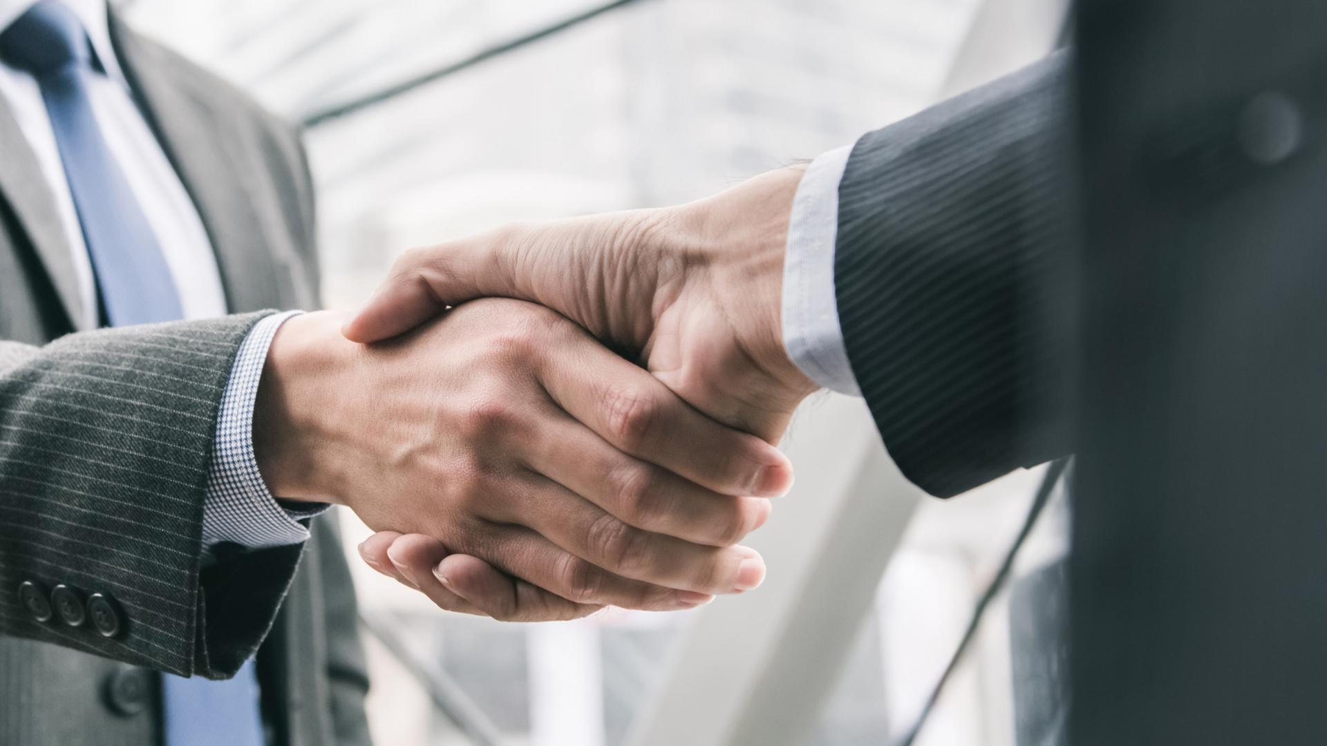 Handschütteln zweier Geschäftsmänner