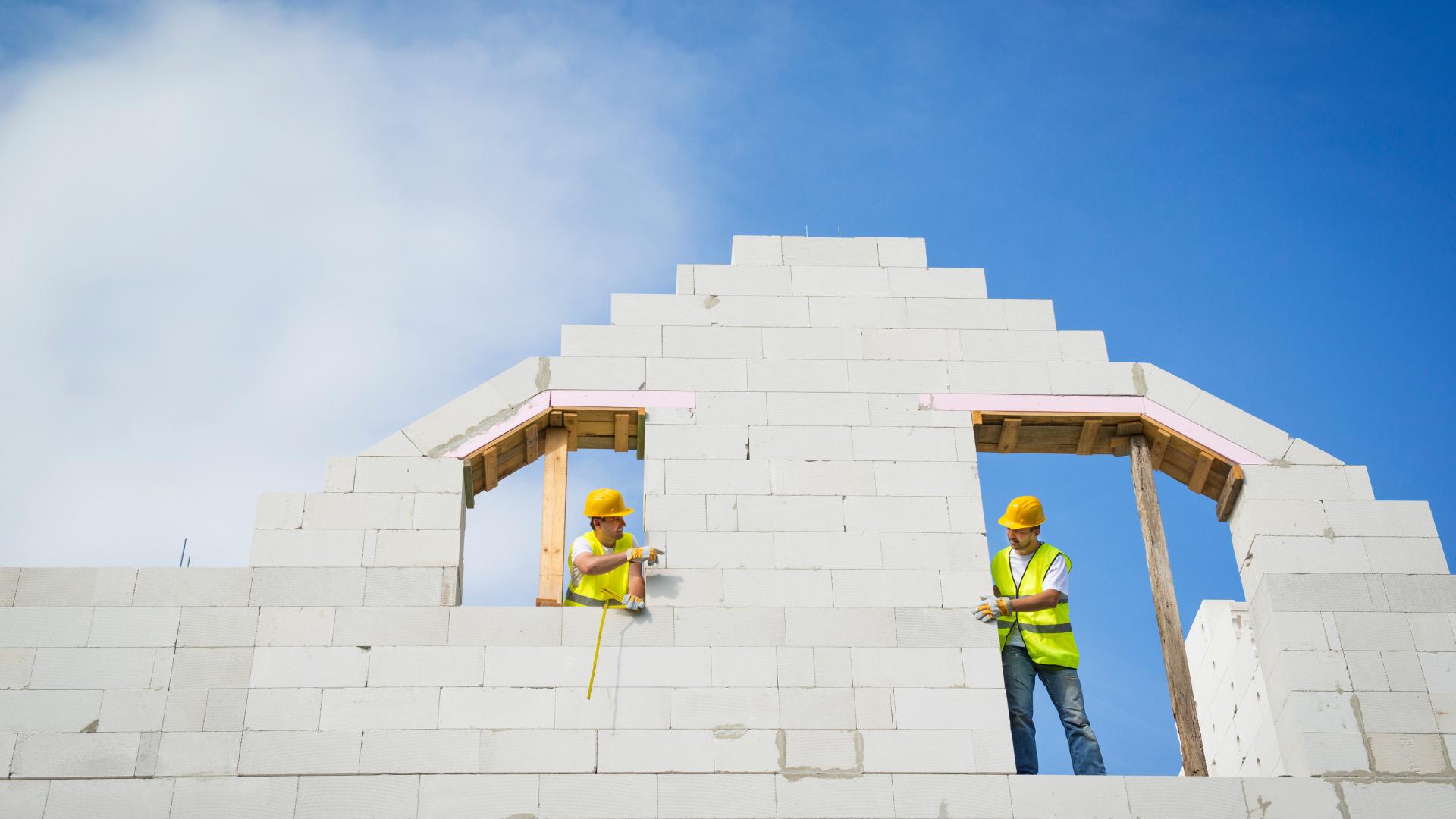 Bauarbeiter konstruieren Hauswand